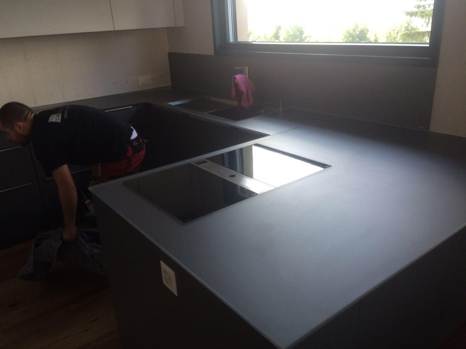 Arbeitsplatte In Der Küche. Mikrowelle Kleine Küche Spritzschutz ...